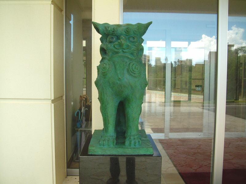 50周年記念館玄関前のシーサー像